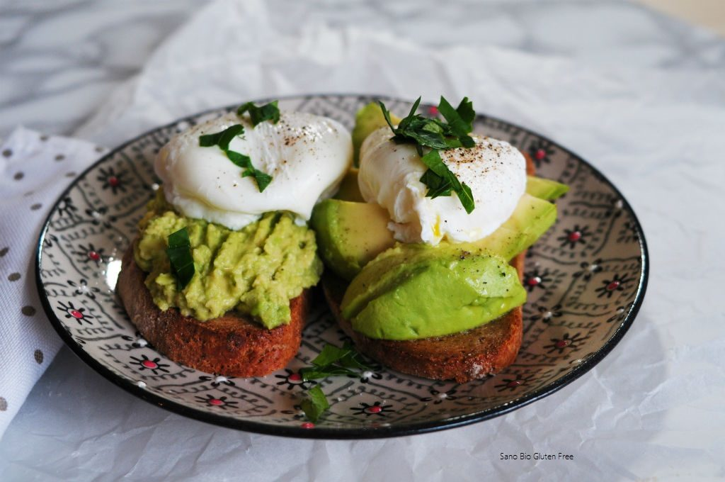 Toast con avocado e uovo in camicia