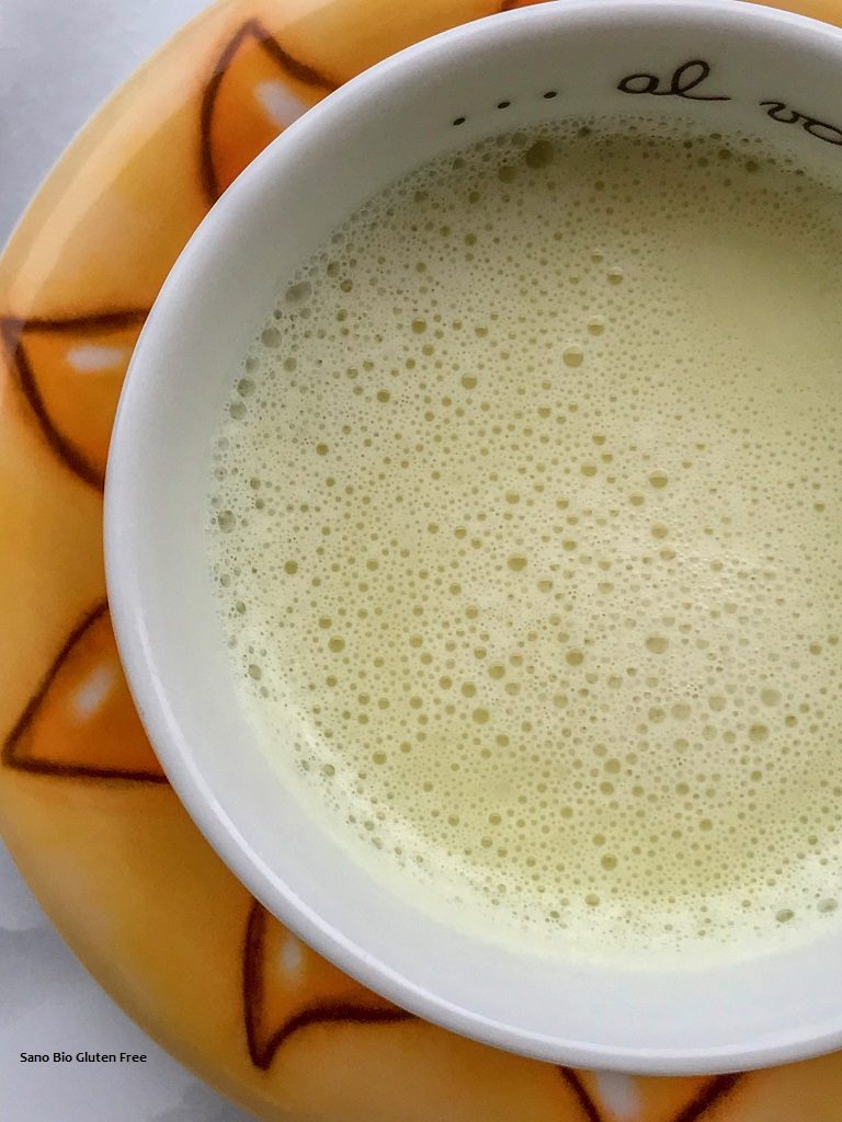 Latte di mandorla fatto in casa.